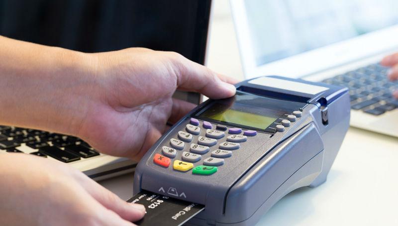 ΕΣΕΕ: Περίπου οι 2 στους 3 Έλληνες χρησιμοποιούν «πλαστικό χρήμα»