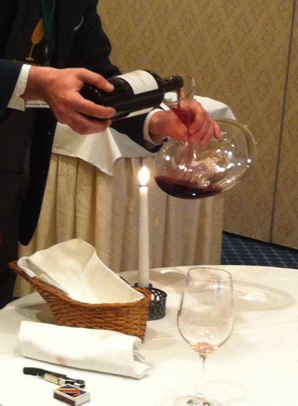 Πως παραγγέλνουμε κρασί σε εστιατόριο: 10 συμβουλές για να μην πανικοβάλεστε