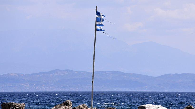 Πρέβεζα: Νεαρός Έλληνας πέταξε στο δρόμο 9 ελληνικές σημαίες, ανήμερα της Εθνικής Επετείου