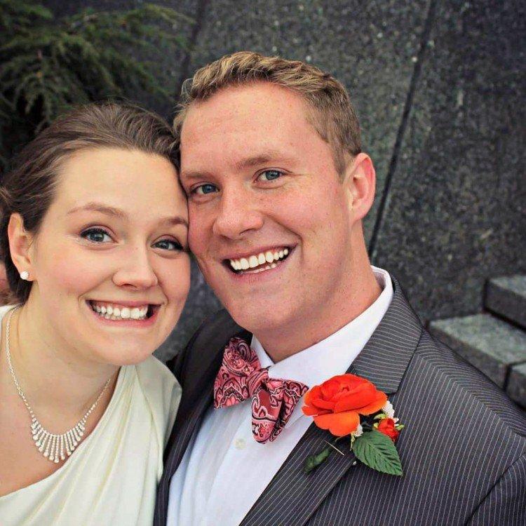 Ζευγάρι βλέπει ΑΥΤΗ τη Φωτογραφία από τον Γάμο τους και Παθαίνουν ΣΟΚ! Κοιτάξτε την λίγο πιο Προσεκτικά και θα Καταλάβετε…
