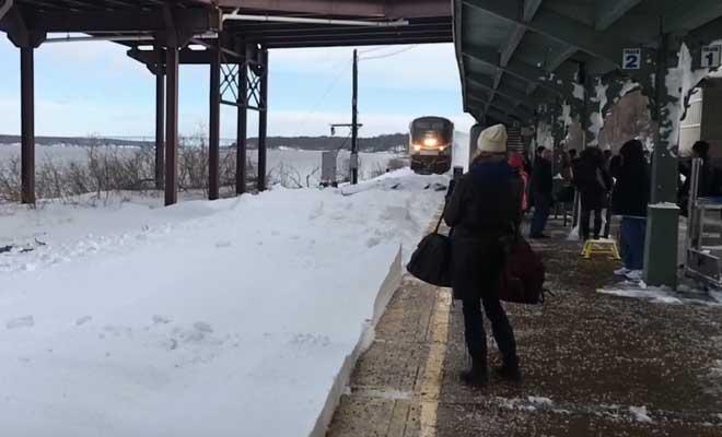 Επιβάτες βιντεοσκοπούν τρένο που διασχίζει όγκους από χιόνι – Δείτε τι έπαθαν!