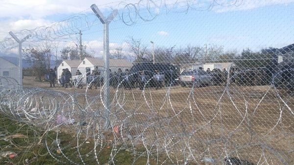 Φυλακισμένοι στην Ουγγαρία κατασκευάζουν κι άλλον φράκτη με απάνθρωπα »όπλα»