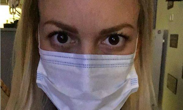 Τι συνέβη στη γνωστή Ελληνίδα παρουσιάστρια και κυκλοφορεί με μάσκα; (φωτό)