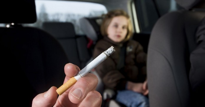 Πρόστιμο 1.500 ευρώ και αφαίρεση διπλώματος για όσους καπνίζουν σε αυτοκίνητο με παιδιά