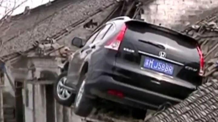 """Κίνα: Αυτοκίνητο """"καρφώθηκε"""" σε στέγη σπιτιού [βίντεο]"""