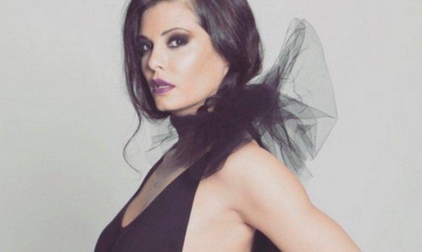 Η Μαρία Κορινθίου ποζάρει φορώντας καυτό κορμάκι και αναστατώνει (φωτό)