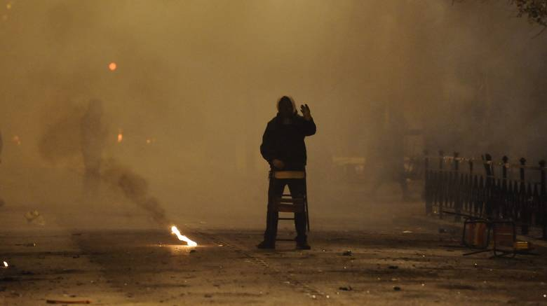 Συνελήφθη ο 21χρονος που έκαψε την ελληνική σημαία