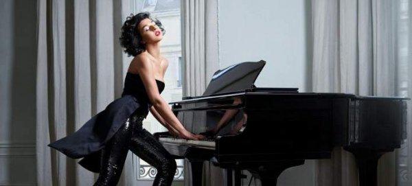 Η πιο σeξι πιανίστρια στον κόσμο – Βιρτουόζος με πλούσιο μπούστο και 12ποντα (φωτό)