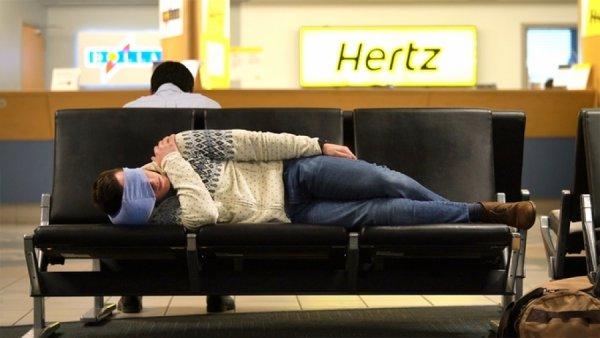 Το μαξιλάρι που λύνει το… πρόβλημα ύπνου στα αεροπλάνα