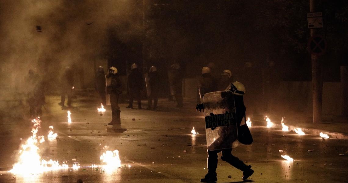 Επίθεση κατά των ΜΑΤ στη Χαριλάου Τρικούπη