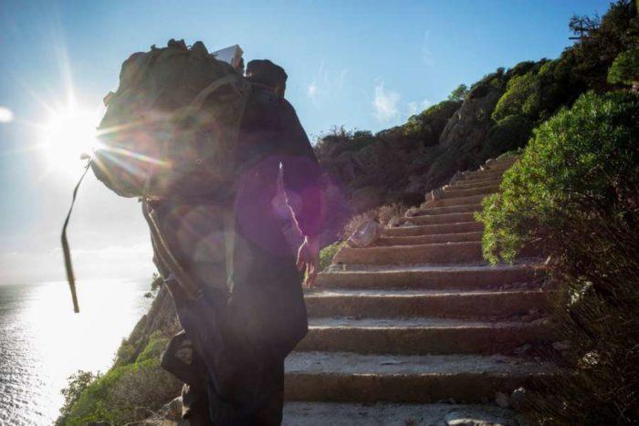 Οι μοναχοί που ζουν στην άκρη του γκρεμού στο Άγιο Όρος