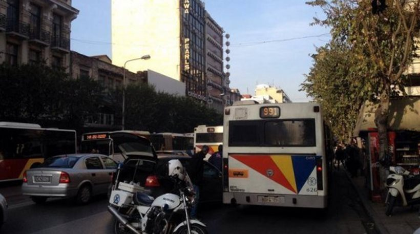 Εισβολή αγνώστων στα γραφεία της «Καθημερινής» στην Τσιμισκή – Πέταξαν μπογιές και φέιγ-βολάν