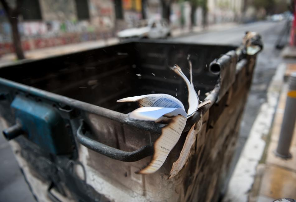 Συναγερμός στον Κολωνό: Βρέθηκε ανθρώπινος σκελετός μέσα σε σακούλα