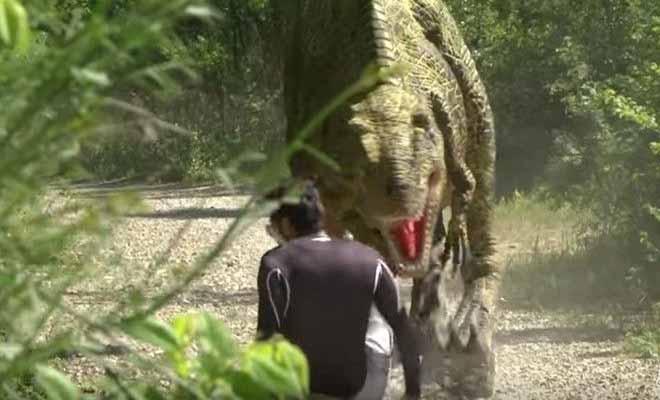 O Remi Gaillard Ξαναχτυπά Με Την Φάρσα Της Χρονιάς! Δεινόσαυρος Επιτίθεται Σε… Περαστικούς! [Βίντεο]
