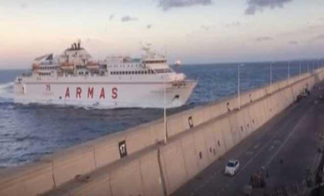 Πλοίο σπάει με την πλώρη το τείχος στο λιμάνι του Γκραν Κανάρια και πέφτει πάνω σε δρόμο. Για δευτερόλεπτα πρόλαβε να περάσει ένα αυτοκίνητο [Βίντεο]