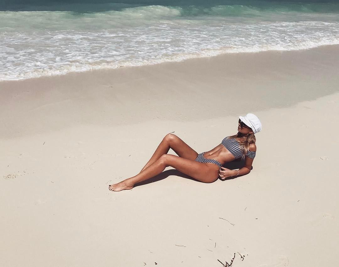 Bikini Ready: 5 tricks για να βγαίνεις άψογη στις φωτογραφίες με μαγιό
