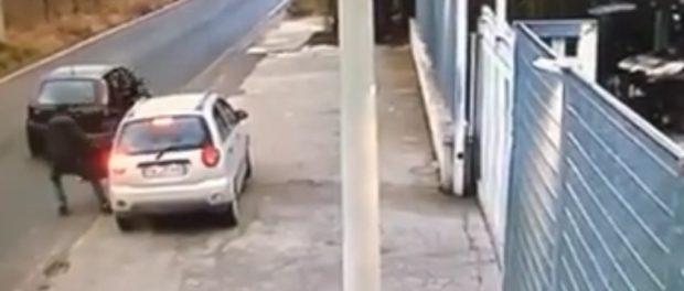 Γυναίκες οδηγοί προσοχή – Κλειδώνετε τις πόρτες των αυτοκινήτων σας – Δείτε το βίντεο ντοκουμέντο…