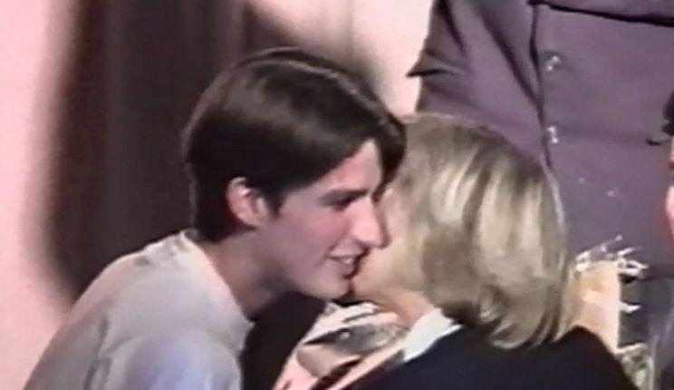 Το φιλί του 15χρονου Μακρόν στην καθηγήτρια (και νυν σύζυγό του) σε σχολική παράσταση [vid]