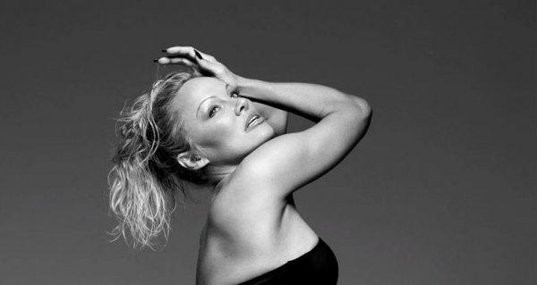 H Pamela Anderson ξαναχτυπά – Φωτογραφίζεται με ζαρτιέρες και εσώρουχα