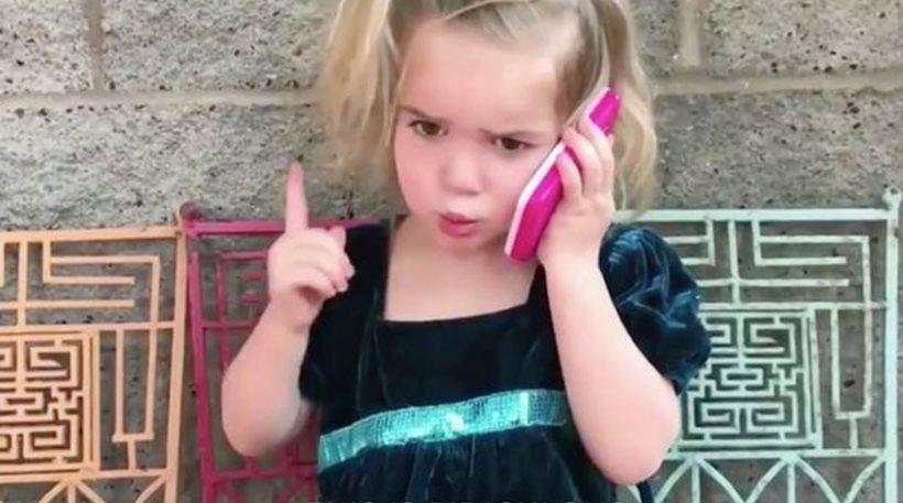 Η δίχρονη Mila καυγαδίζει τηλεφωνικώς με το αγόρι της και γίνεται viral [βίντεο]