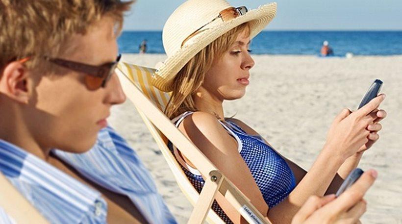 Έρευνα: Το κινητό βλάπτει σοβαρά την ερωτική ζωή των ζευγαριών στις διακοπές