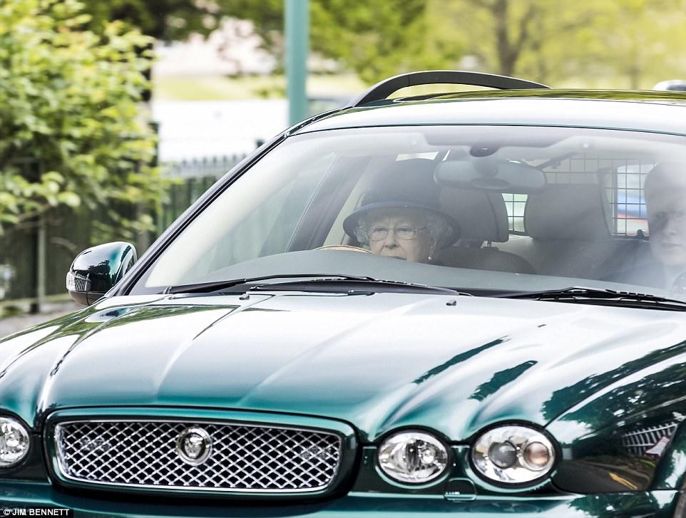 Η 91χρονη βασίλισσα Ελισάβετ οδηγεί μόνη της τζάκουαρ