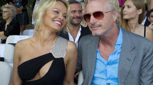 H Pamela Anderson με ντεκολτέ που… βγάζει μάτι και αλλοιωμένο πρόσωπο (φωτό)