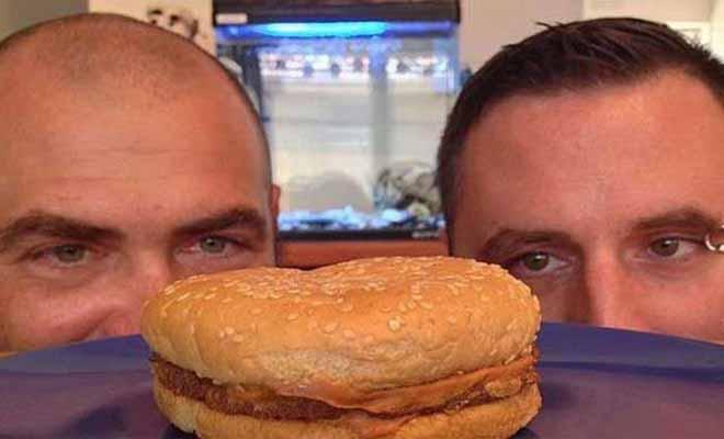 Εκρυψαν ένα burger και το άνοιξαν μετά από 22 χρόνια! [Βίντεο]