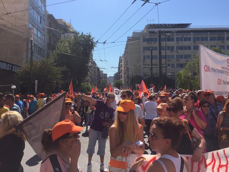 Ενταση στην πορεία των συμβασιούχων στην καθαριότητα στο κέντρο της Αθήνας