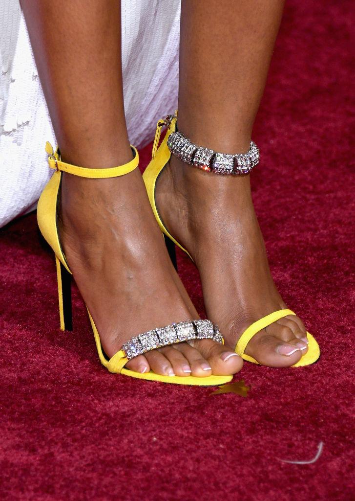 Το να φοράς δύο διαφορετικά μεταξύ τους παπούτσια είναι το νέο trend που πρέπει να ξέρεις;