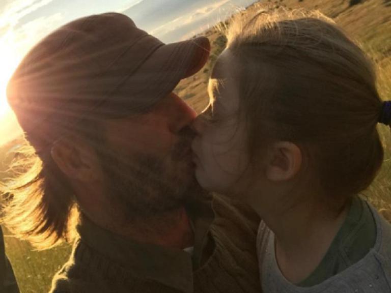 Οργή  για το φιλί του Μπεκαμ στην κόρη του: Η φωτογραφία που προκάλεσε την αντίδραση των θαυμαστών του