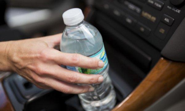 Ο κίνδυνος που υπάρχει από το πλαστικό μπουκάλι νερού που αφήνετε στην ζέστη