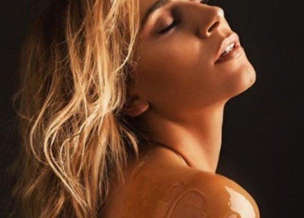 Νάντια Μπουλέ: Γuμνή μόνο με ένα σκουλαρίκι και… λάδι στο κορμί της!