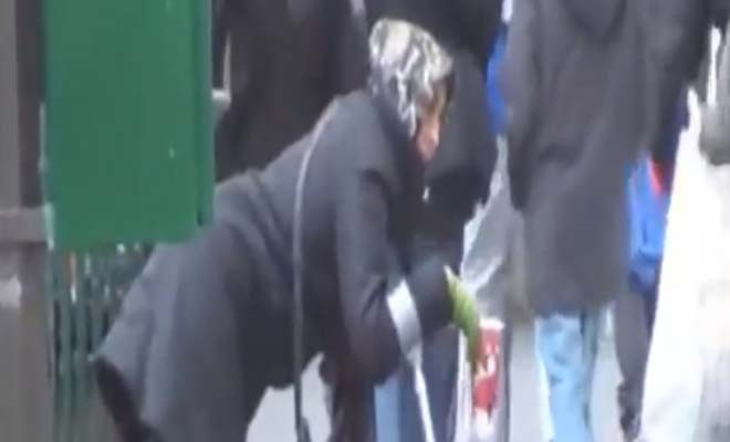 Nεαρή «ανάπηρη» ζητιάνα πετάει τα ρούχα μετά τη δουλειά και γίνεται κουκλάρα… [Βίντεο]