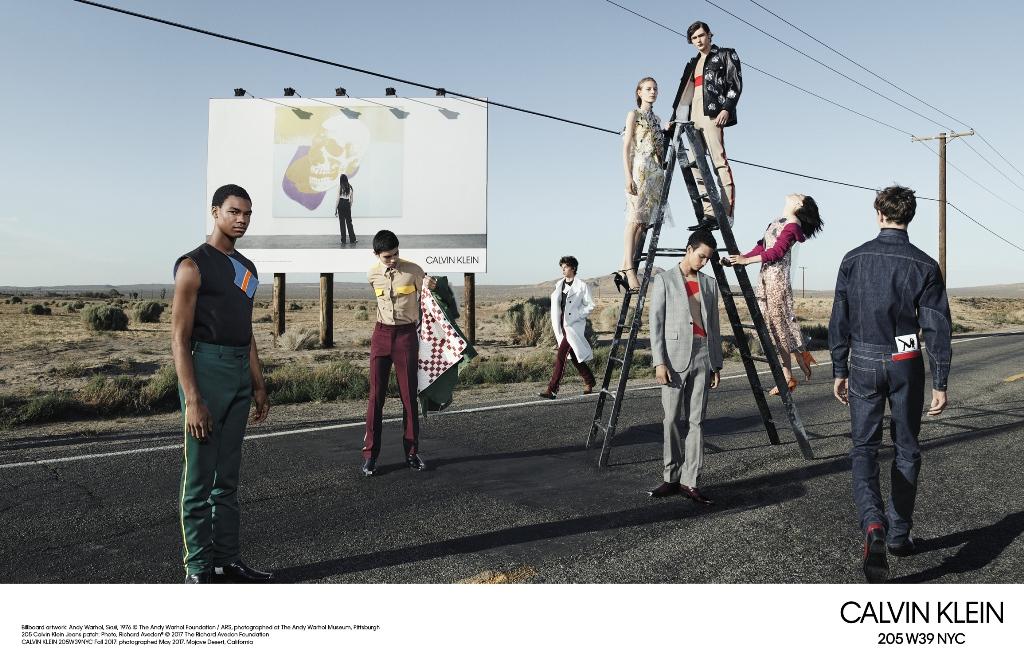 Δες την πρώτη εμφάνιση της συλλογής F/W 2017 του Raf Simons για την Calvin Klein