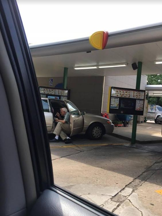 Ηλικιωμένος ταΐζει παγωτό τη γυναίκα του και η τρυφερή φωτογραφία γίνεται viral