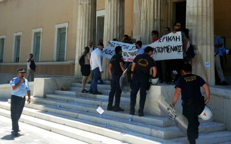 Εισβολή μελών του Ρουβίκωνα στο προαύλιο της Βουλής