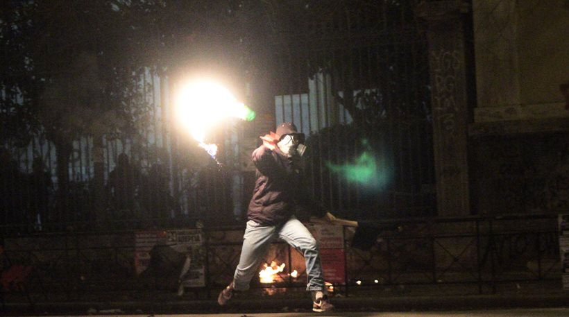 Τρίτη νύχτα με επεισόδια και μολότοφ στο κέντρο της Αθήνας