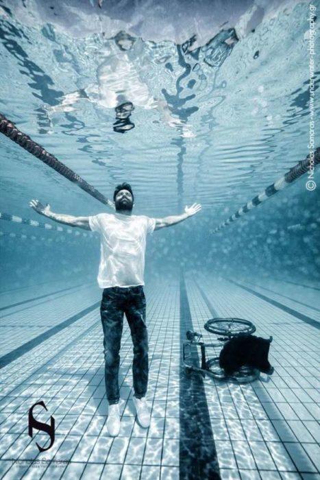 Έλληνας παραολυμπιονίκης φωτογραφίζεται μέσα σε πισίνα και μας στέλνει ένα μήνυμα