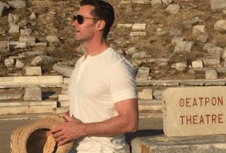 Ο Hugh Jackman αποθεώνει το αρχαίο θέατρο της Δήλου (photos)