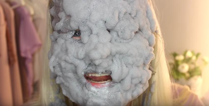 Έβαλε 100 στρώσεις Μάσκας Αφρού στο Πρόσωπό της. Όταν δείτε ΠΩΣ έγινε θα Σοκαριστείτε!