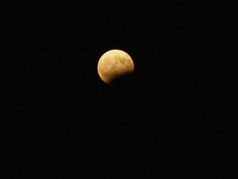 Εντυπωσιακές εικόνες από την αυγουστιάτικη πανσέληνο με έκλειψη στον ουρανό της Κρήτης (εικόνες & βίντεο)