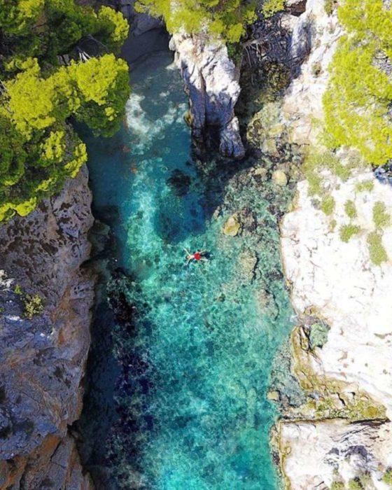 Η Μαρίνα Βερνίκου φωτογραφίζει τα ελληνικά νησιά και αποθεώνεται από τον Guardian