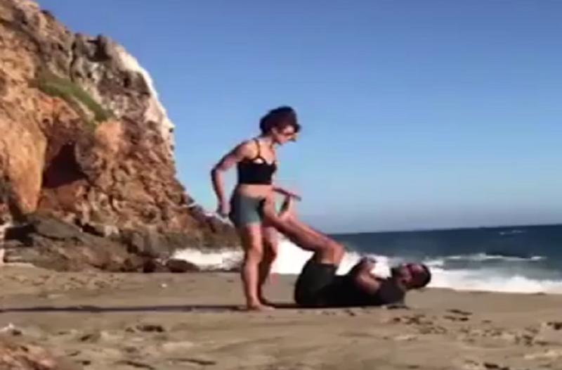 Ζευγάρι κάνει γιόγκα στην θάλασσα – Δεν θα πιστεύετε τι έπαθαν! (βίντεο)