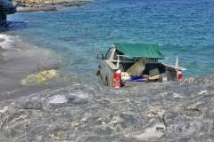 ΑΝΔΡΟΣ! – ΠΡΙΝ ΑΠΟ ΛΙΓΟ…. Αυτοκίνητο έπεσε στο λιμάνι της χώρας!