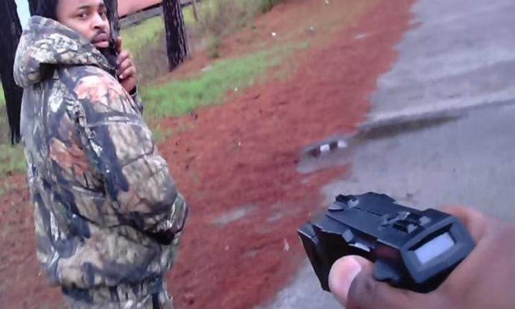 Αφροαμερικανός πυροβολεί 4 φορές αστυνομικό που του ζητά να σταματήσει [βίντεο-σοκ]