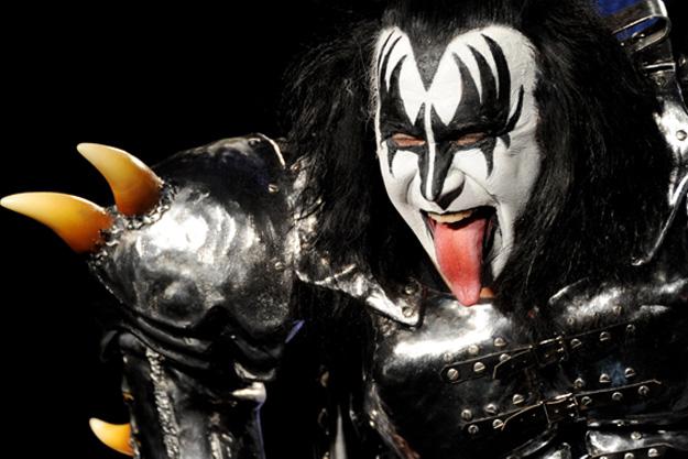 Δείτε το μοσχαράκι που έγινε viral γιατί είναι φτυστό ο Τζιν Σίμονς των Kiss (εικόνα & βίντεο)
