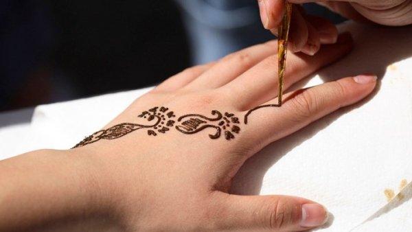 Ένα τατουάζ από χένα την οδήγησε στο νοσοκομείο (ΦΩΤΟ)