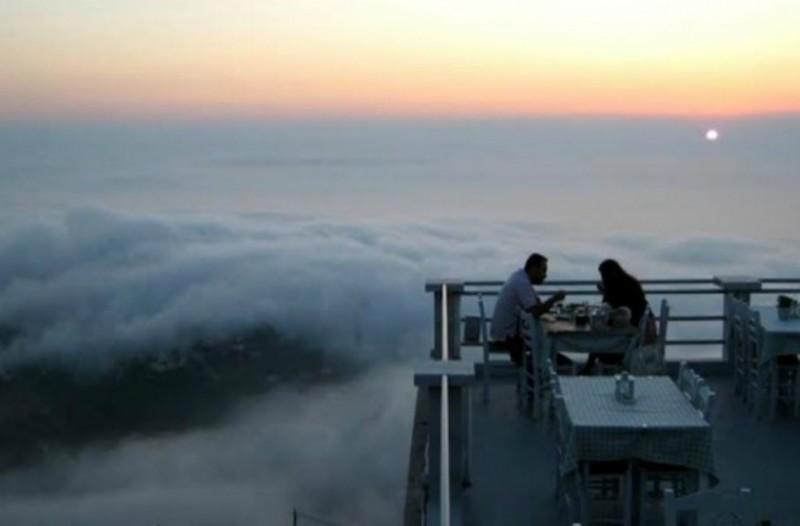 Αυτό είναι το μοναδικό εστιατόριο στην Ελλάδα όπου μπορείς να φάς πάνω από τα σύννεφα [φωτο]