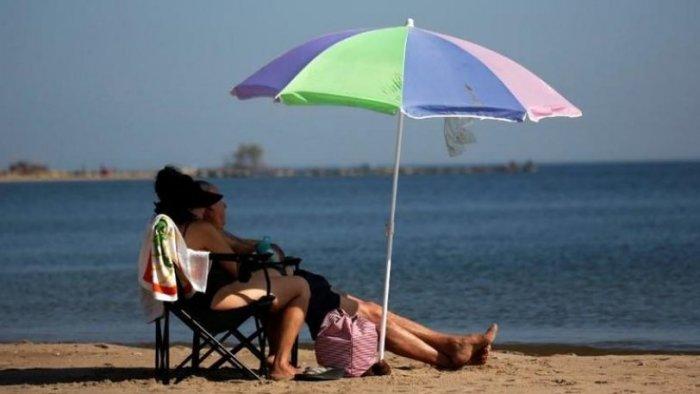 Κι όμως, η ομπρέλα θαλάσσης δεν προστατεύει από τον ήλιο